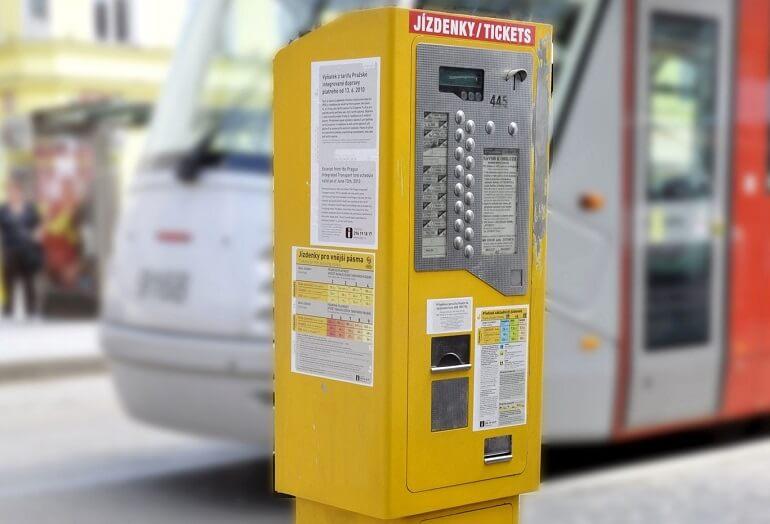 Желтый автомат по продаже билетов в Праге