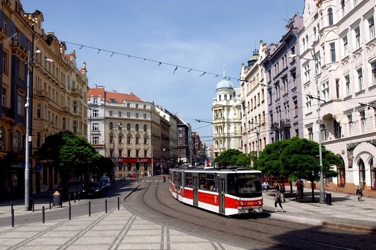 Трамвай на улице Праги