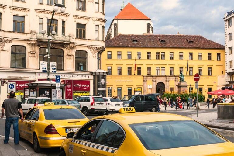 Машины такси на одной из улиц Праги